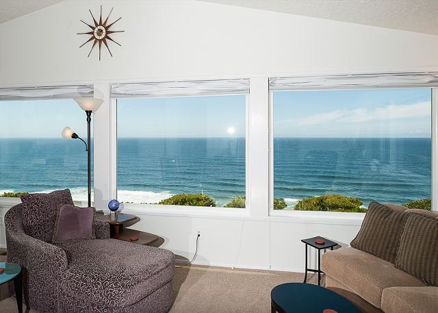 Perfect views from this Ocean Front home located  Lincoln City!, holiday rental in Lincoln City