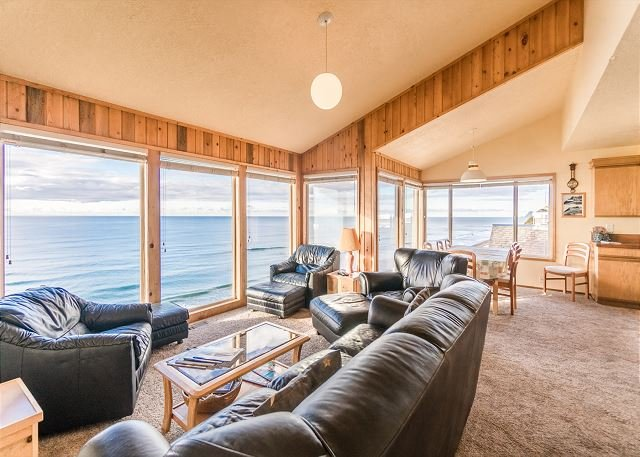 Enjoy the best views in Lincoln City at this 3 level home w/ sleeping for 12!, location de vacances à Lincoln City