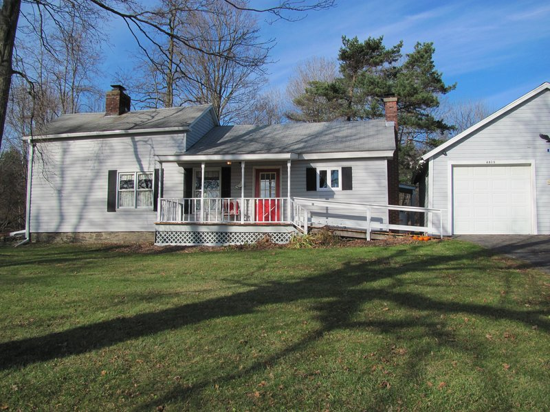 Gramma's House is a newly Renovated Three Bedroom Farm House, vacation rental in Chadwicks