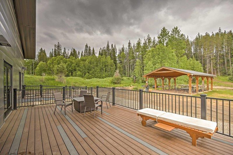¡Disfruta del acceso a las comodidades del complejo que incluyen una bañera de hidromasaje, piscina y más!
