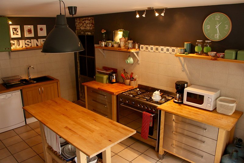 Well equipped kitchen with dishwasher, fridge and Smeg stove.