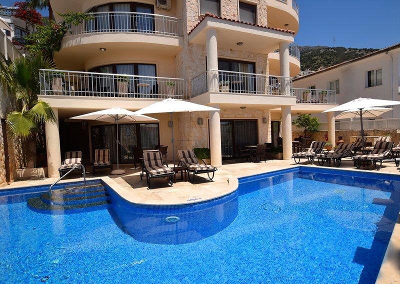 piscine principale et terrasse Residences Truffle