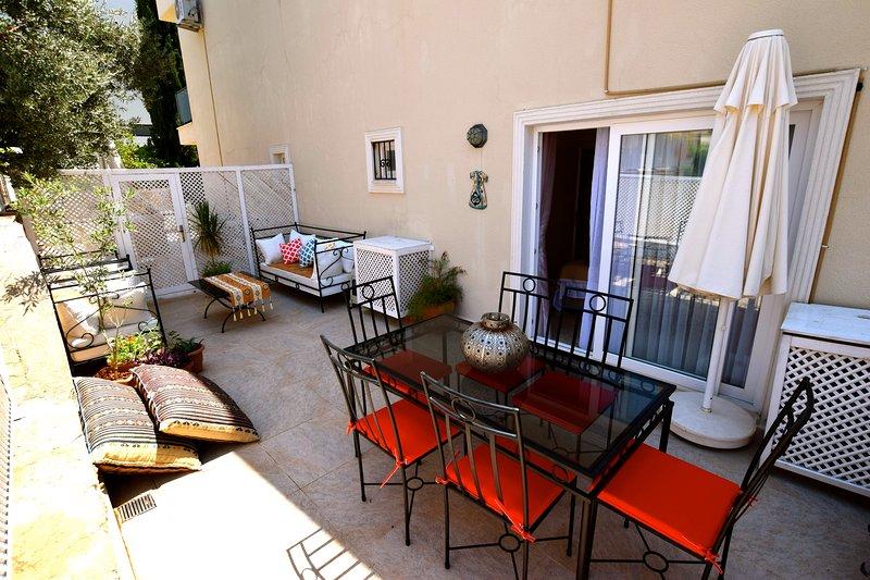 Private Terrasse mit Essbereich im Freien