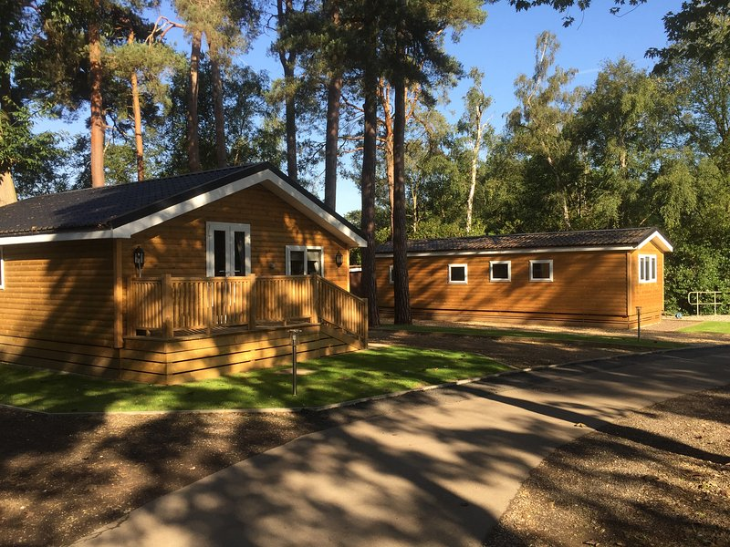 Beautiful Premium three bedroom cabin located in woodland settings, holiday rental in Sandhurst