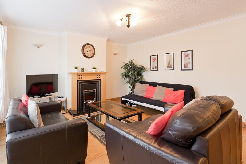 Clonsilla Dublin 15 5 Bed - 2 Mins Train Station, holiday rental in Dublin