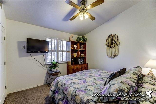 Questa camera dispone di un letto king size e di una tv a schermo piatto