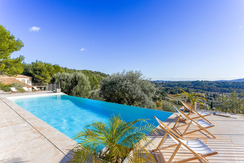 Luxury Villa with Sea View. La Vraie Provence !, holiday rental in Evenos