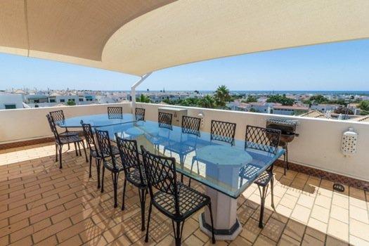 vista soberba sobre o mar a partir deste terraço bem equipado com uma plancha para receber seus convidados!