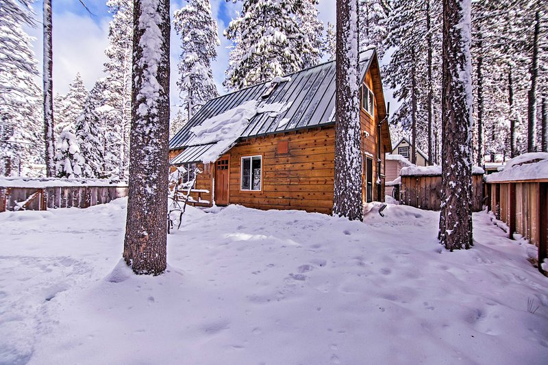 This cozy cabin offers 1 bedroom, 1 bathroom and accommodations for 4.