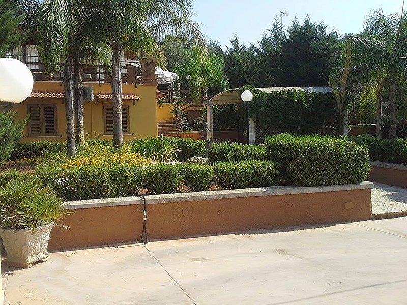 Villetta 6 posti con gazebo e parcheggio adatta a famiglie a 6 km dal mare, vacation rental in Sannicola