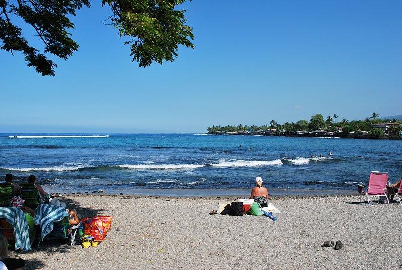 Sie können am Strand sitzen und die Aussicht und entspannende Rauschen der Wellen genießen.