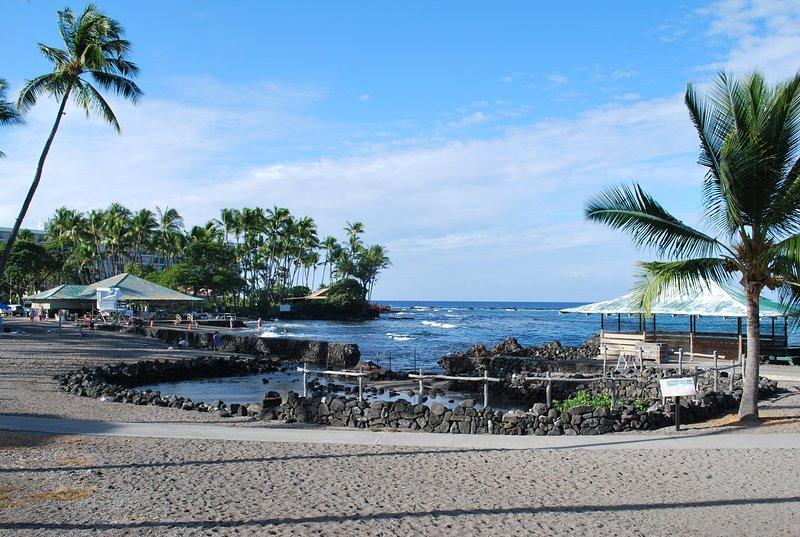 Alte hawaiische Ruinen am Strand.