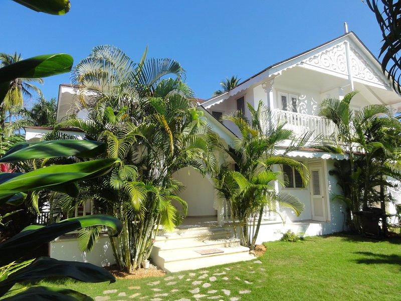 Creoolse stijl villa in een tropische tuin