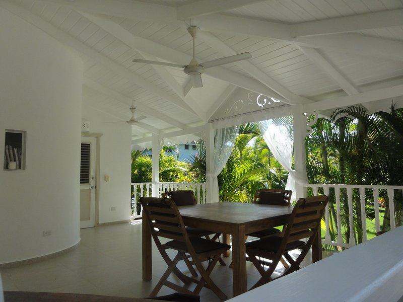 Salle à manger à la terrasse donnant sur le jardin tropical
