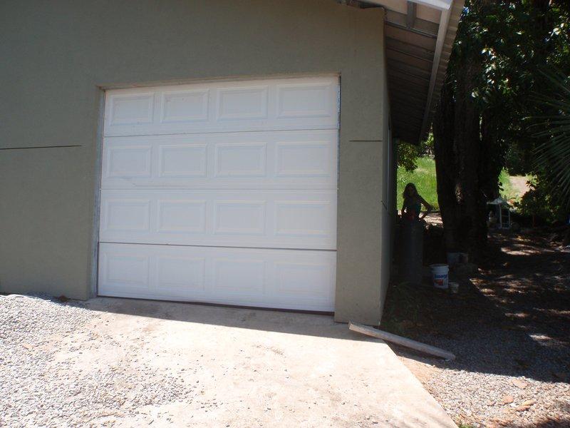 La casa barca è collegato al lato posteriore della casa. Abbiamo il nostro congelatore in garage.