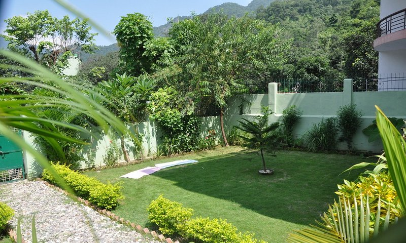 Private Room on the Green Side of Ganga, Rishikesh, vacation rental in Shivpuri