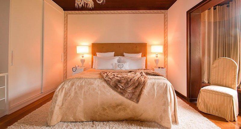 Suite 55 mts², ambiebtes 3, met een kingsize bed, een grote badkamer met douche open haard erker