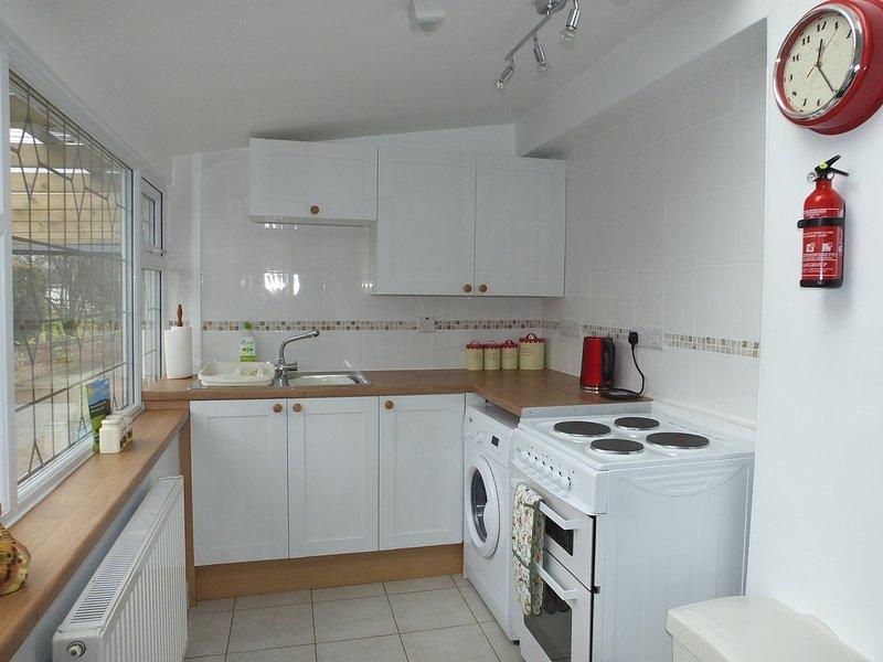 La cocina completamente equipada tiene todo lo que necesita a su alcance.