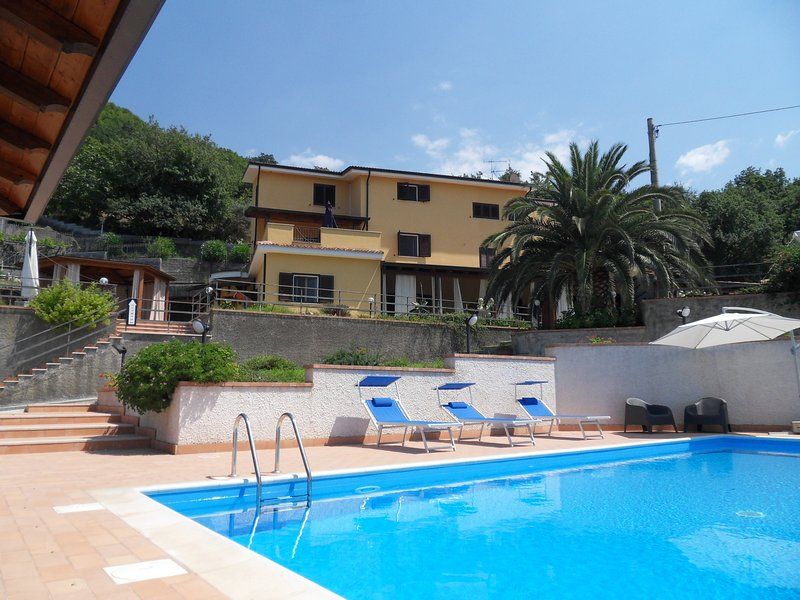 CASALE RONDINELLA B&B, vacation rental in Belmonte Calabro