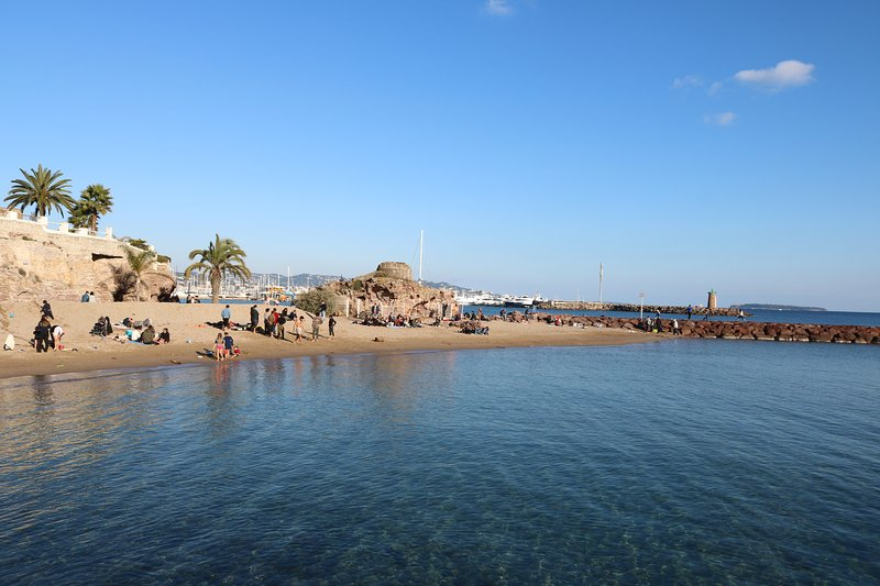 Een Mandelieu-La Napoule strand op slechts 10 minuten rijden van het hotel