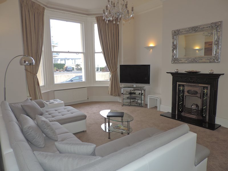 Spacious Sea View Apartment in Central Eastbourne, next to the Pier, casa vacanza a Eastbourne