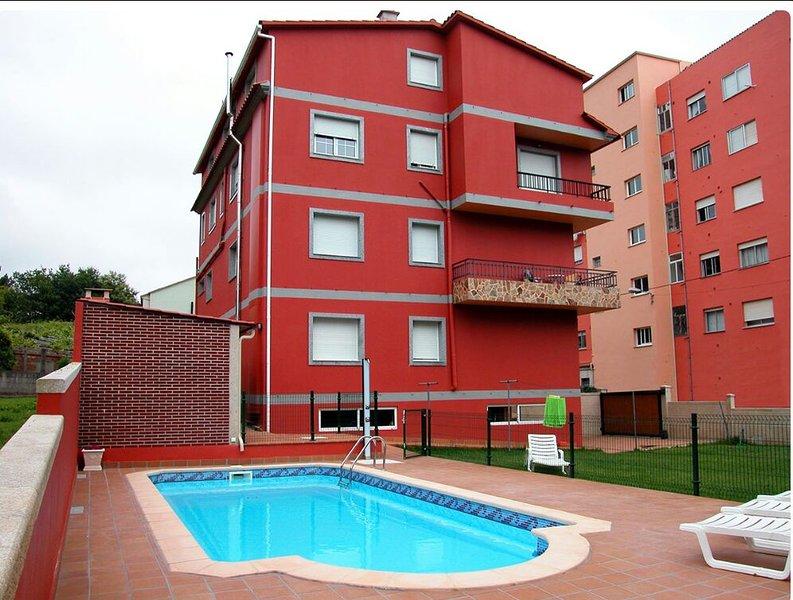 vista de fachada y piscina de agua salada