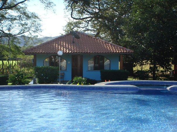2 bedroom house with communal pool in lush tropical garden, casa vacanza a Playa Potrero
