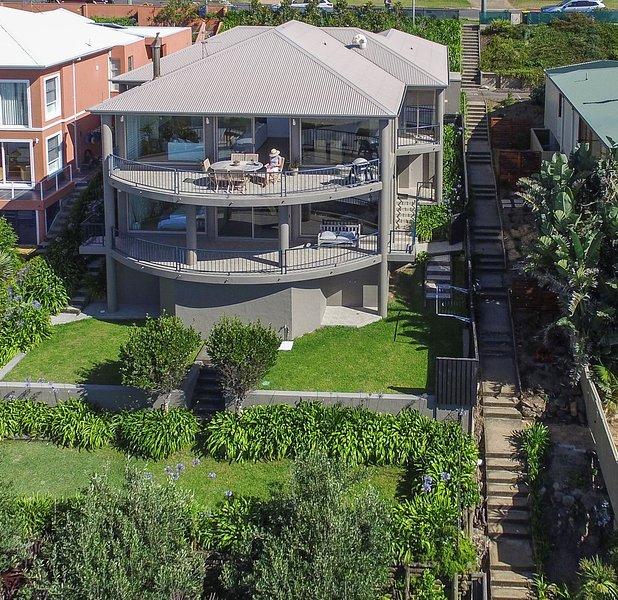 Vista frontal de la casa y el jardín