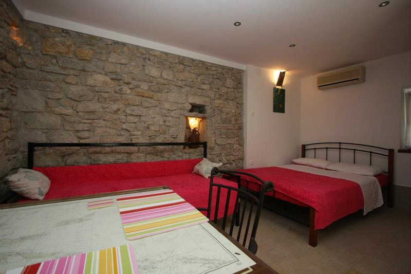 Charming studio aptartment near beach, vacation rental in Kastel Gomilica