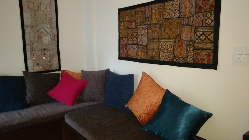 Artistic, Modern Apartment in, Great Location (Francais, Espanol, and English), holiday rental in Hosur