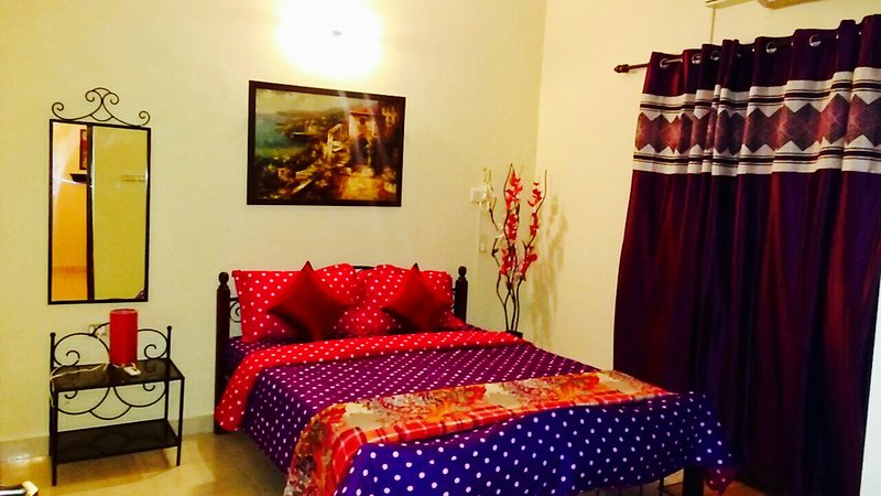 Goa Rentals 2Bhk Apartment with AC,Pool in Candolim, holiday rental in Sinquerim