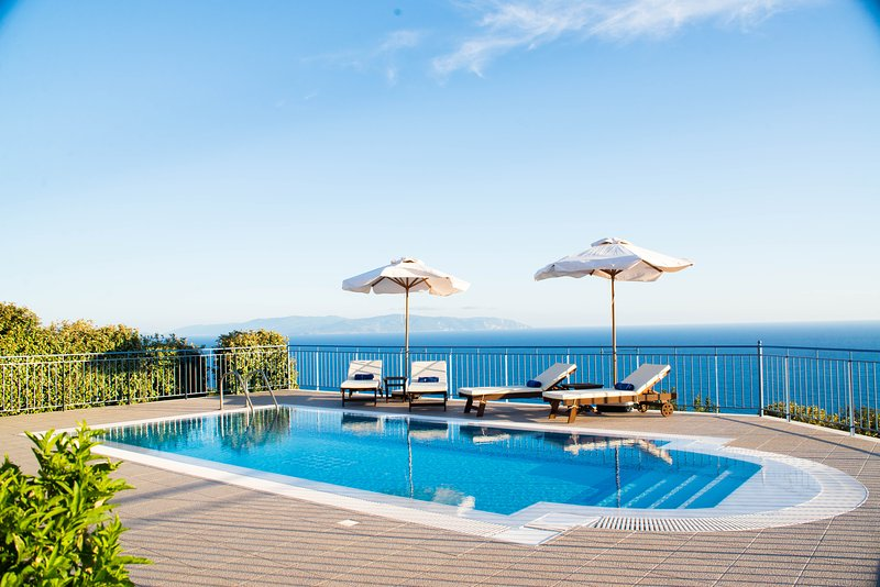 Villa Odysseus Boundless Sea & Mountain Views to the Horizon, alquiler de vacaciones en Cefalonia