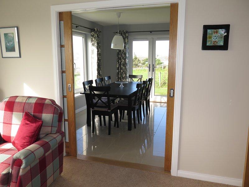 abertura sala de jantar para a sala no andar de baixo sentado