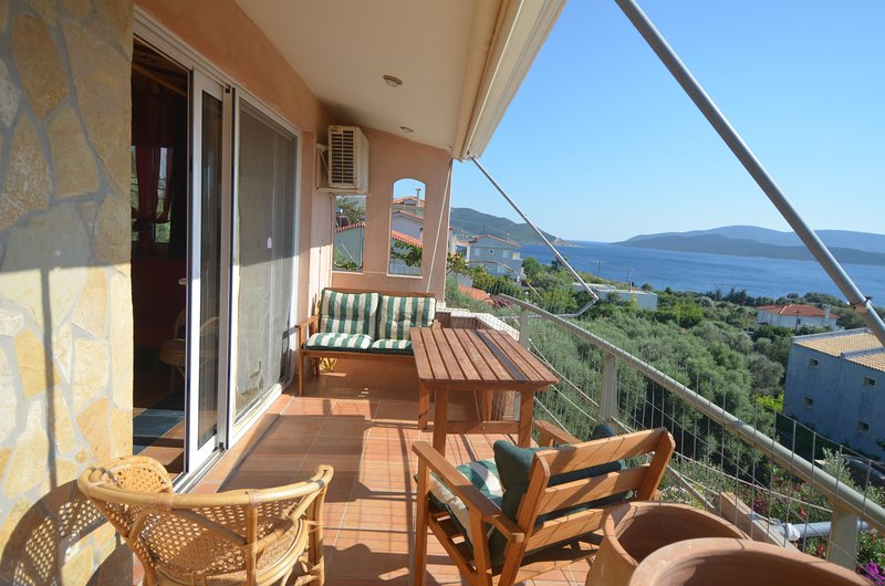 1h from Athens in Evia island for up to 15 young people, casa vacanza a Styra
