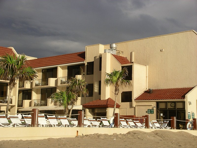 Right on the beach!, holiday rental in Lauderdale-By-The-Sea