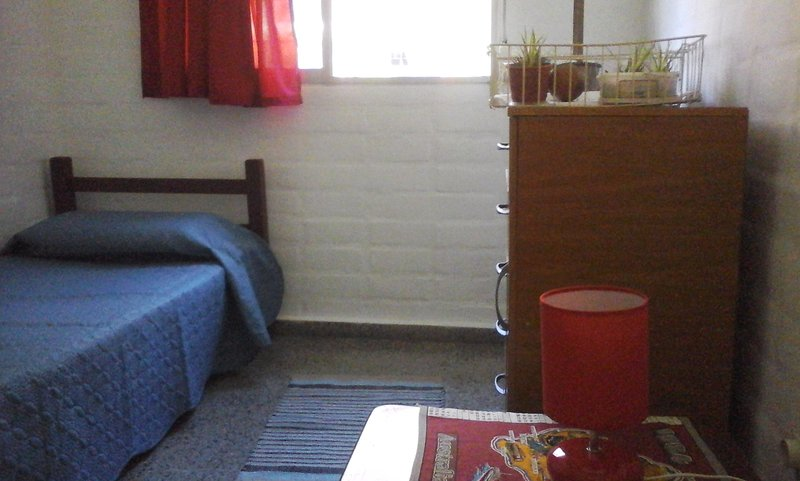 Garden apartment - peace and quiet nearby services and areas of interest, alquiler de vacaciones en Montevideo