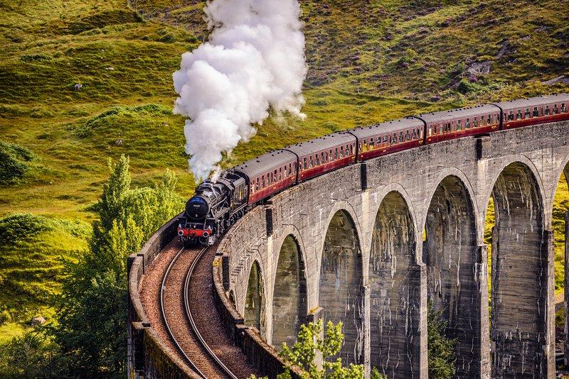 Cuidado con el tren de vapor jacobita de la ventana, aquí está sobre Glenfinnan viaducto
