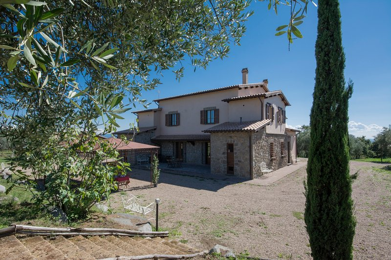 ENCHANTING COUNTRY HOUSE COMB. 6+4: CASA MERIDIANA, holiday rental in Montefiascone
