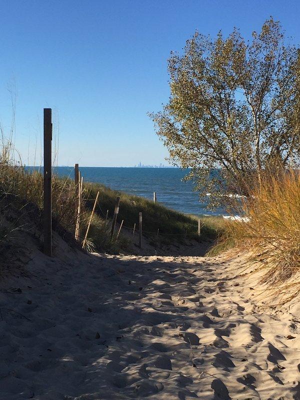 Camino privado a las hermosas aguas del lago Michigan.