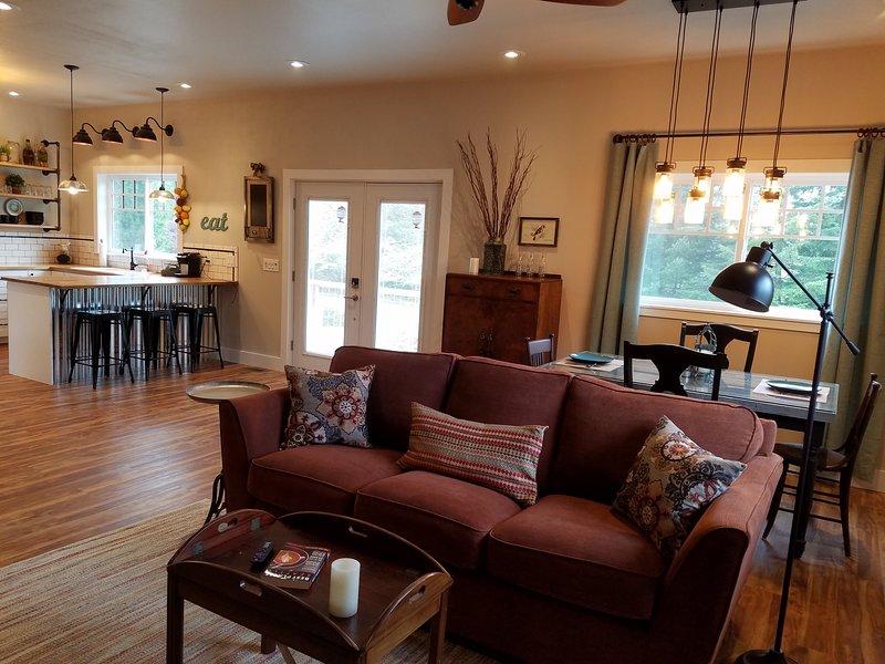 Din lägenhet erbjuder rymliga öppna konceptet vardagsrum.