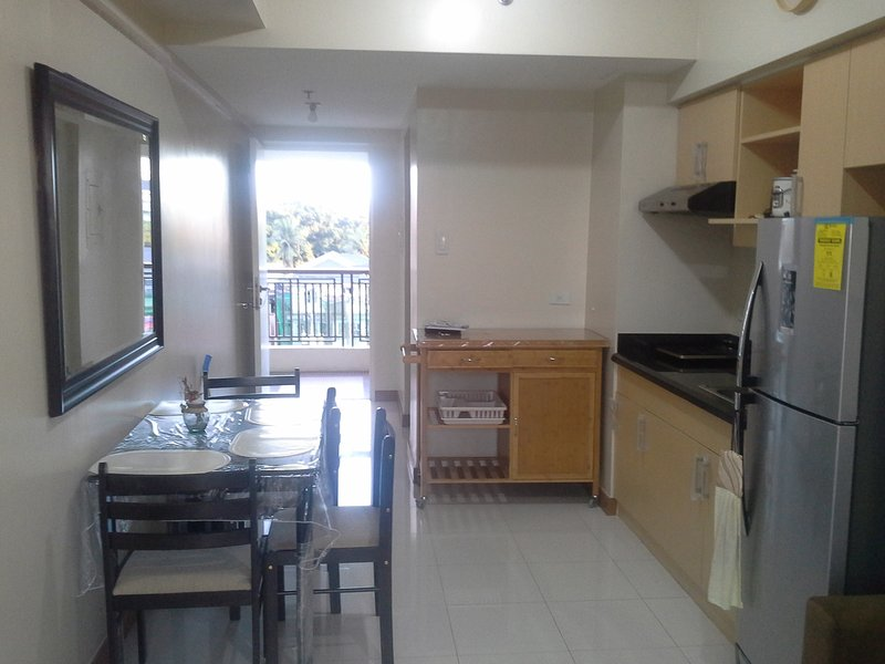 área de cocina con 4 juegos de mesa de comedor