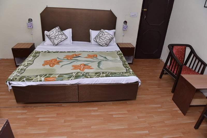 Spacious Room near Abhimanyu Cricket Academy, vacation rental in Kuthal Gaon