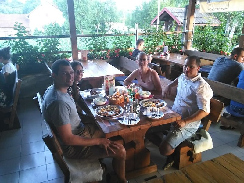 Dîner avec frineds du Canada en étroite restaurant Marko