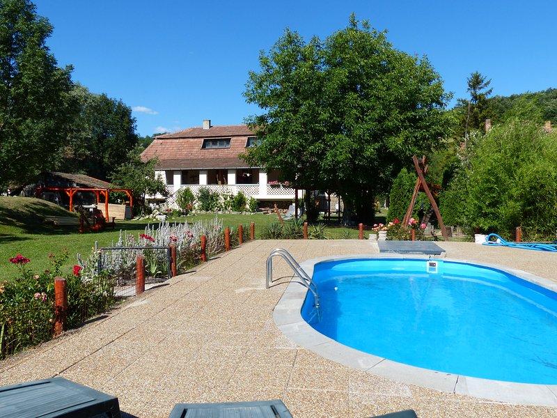 Woning met grote veranda, grote tuin en zwembad midden in de natuur., vacation rental in Northern Hungary