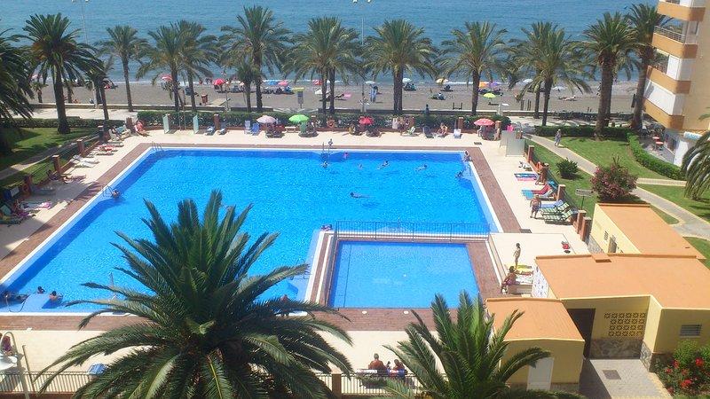 PRIMERA LINEA PLAYA, VISTA LATERAL AL MAR,  GRAN PISCINA, TENIS, vacation rental in Algarrobo