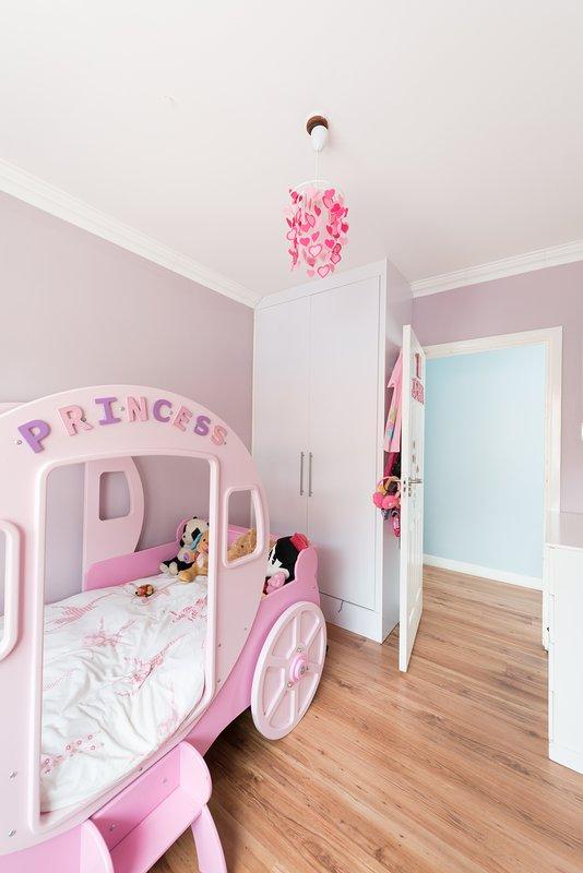 La première chambre des enfants a un lit princesse qui est idéal pour les petites filles