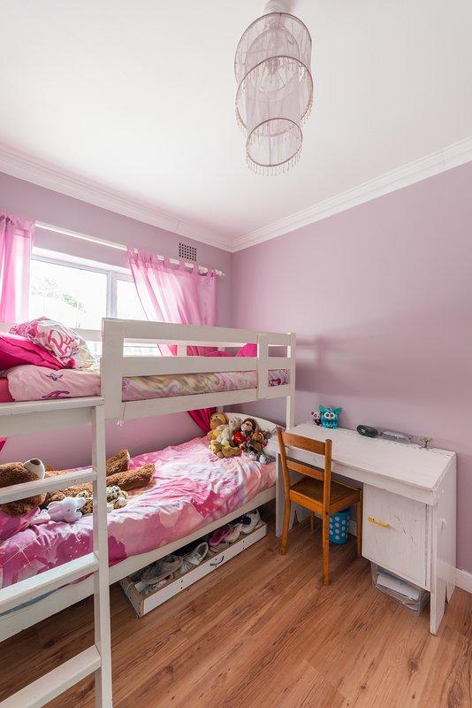 La chambre du deuxième enfant a des lits superposés