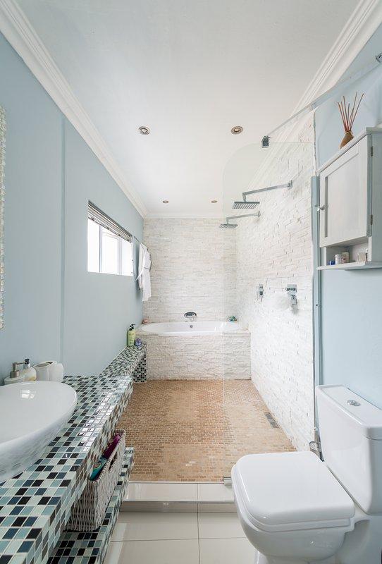 La première salle de bain a été récemment rénové avec une double vasque et douche His and Hers.