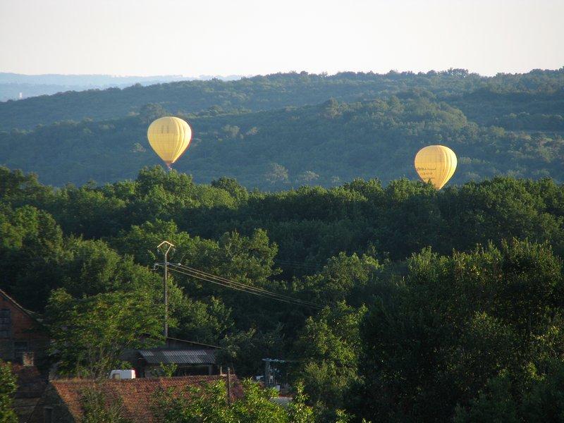 globos en todo el jardín