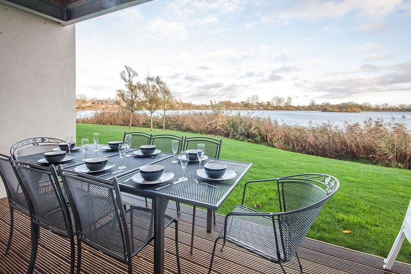 Wild Briar, Clearwater 28 - 4 bedroom lakeside property with spa access, holiday rental in Cirencester